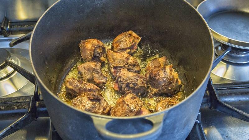 油煎在平底锅的肉 库存照片