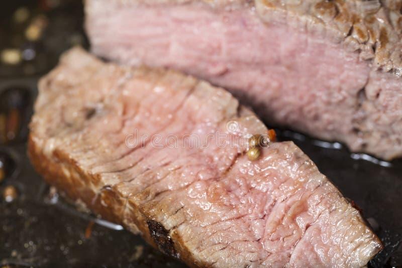 油煎在平底锅的里脊肉牛排 免版税库存图片
