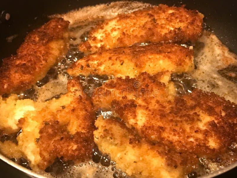 油煎在平底锅的面包鸡炸肉排 库存图片