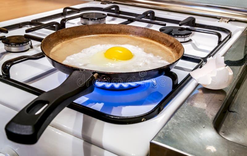 油煎在火炉的一个平底锅油煎 免版税库存图片
