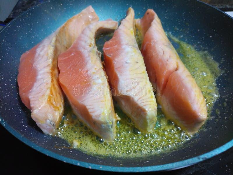 油煎在熔化的未加工的三文鱼内圆角 免版税库存图片