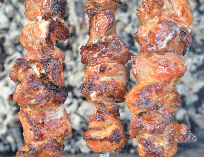 油煎在金属串的烤kebab 烤肉被烹调在与烟的烤肉 关闭顶视图 图库摄影