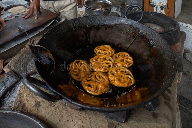 油煎在desi酥油sasaram比哈尔省印度亚洲的甜Jalebi 库存照片