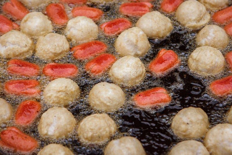 油煎在Wat Intharawihan寺庙,曼谷,泰国的油煎的鱼丸子 库存照片