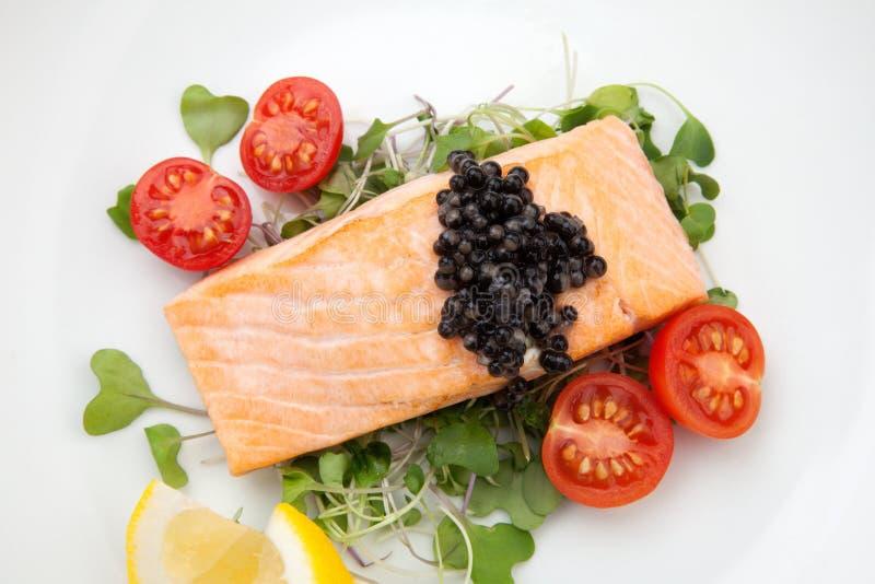 油煎的三文鱼用黑鱼子酱 免版税库存照片