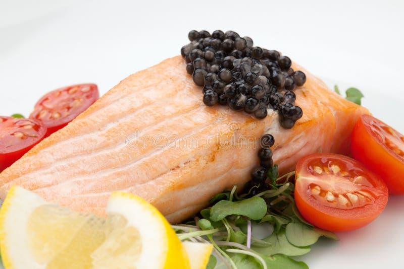 油煎的三文鱼用黑鱼子酱 免版税库存图片
