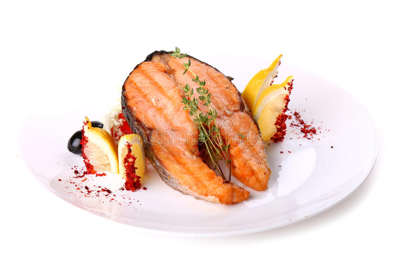 油煎的三文鱼鱼用柠檬和橄榄 免版税库存图片