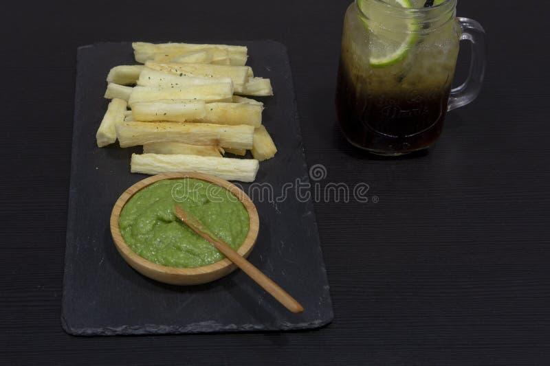 油煎的丝兰桌用绿色调味汁和典型的委内瑞拉汽水 库存照片