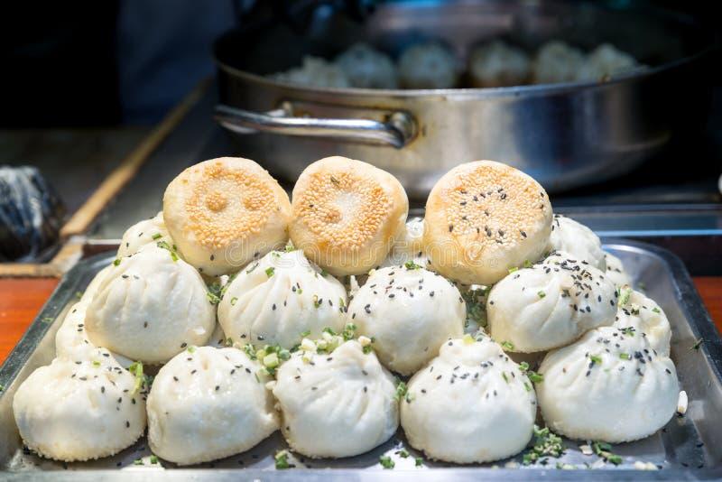 油煎的中国猪肉小圆面包在食物市场,上海,中国上 免版税图库摄影