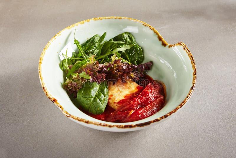 油煎的乳酪、甜椒、莴苣绿色叶子和芝麻菜 库存照片