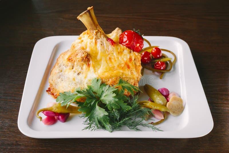 油煎的乳酪炸肉排用蕃茄、辣椒、葱和草本在wh 库存图片