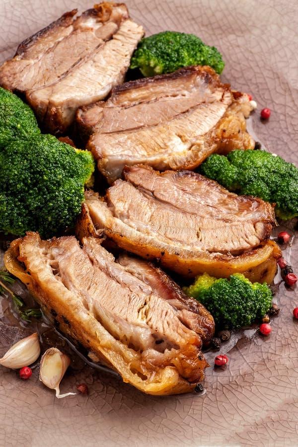 油煎的五花肉用硬花甘蓝 库存图片