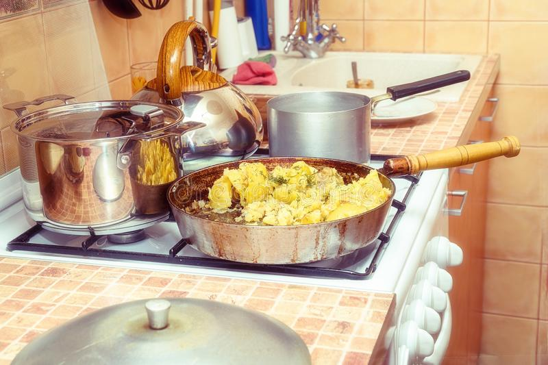 油煎的土豆用在一个平底锅的莳萝在煤气炉 库存照片