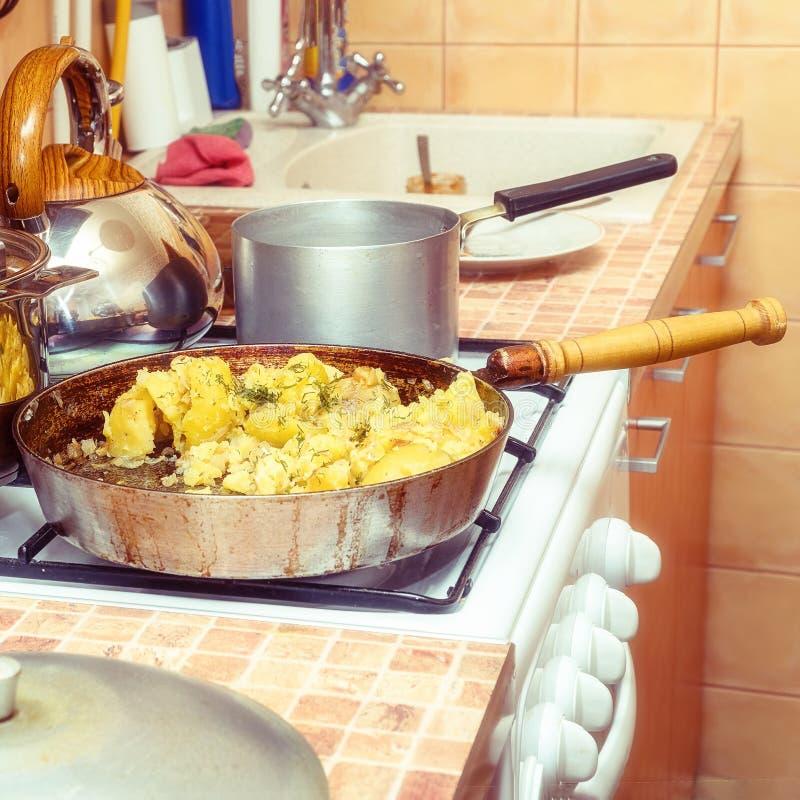 油煎的土豆用在一个平底锅的莳萝在煤气炉 免版税库存图片