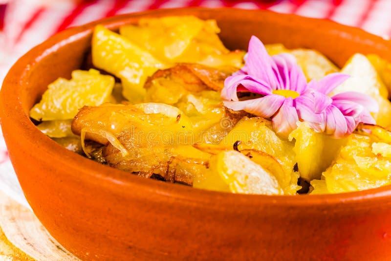 油煎的土豆用在陶瓷碗的葱 图库摄影