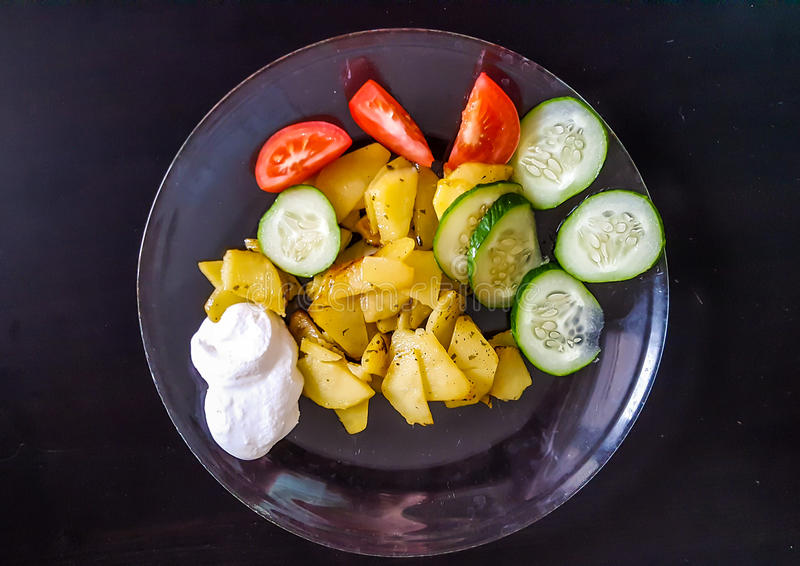 油煎的土豆用蕃茄和黄瓜 库存照片