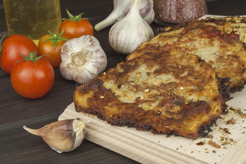 油煎的土豆薄烤饼用大蒜 传统捷克食物 准备自创食物 免版税库存图片