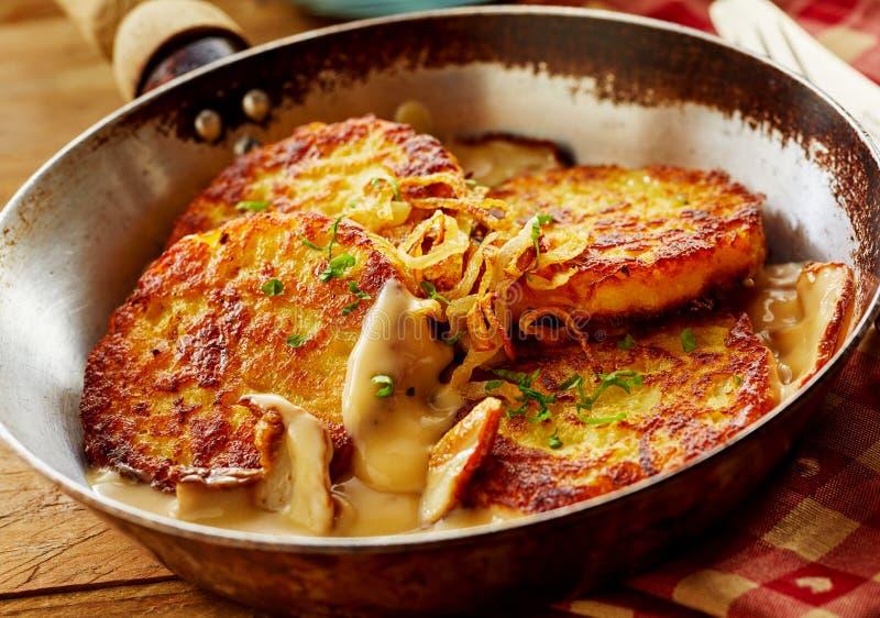 油煎的土豆薄烤饼用奶油沙司和苹果 免版税库存照片