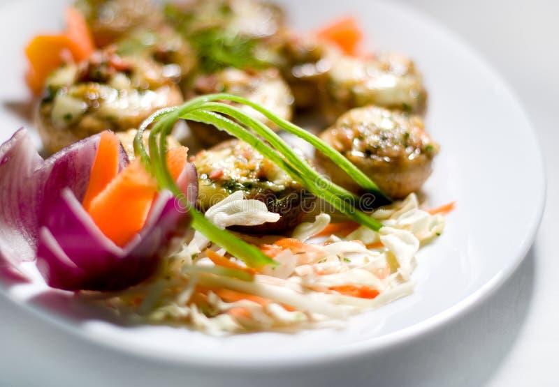 油煎的大蒜蘑菇酱油 免版税库存图片