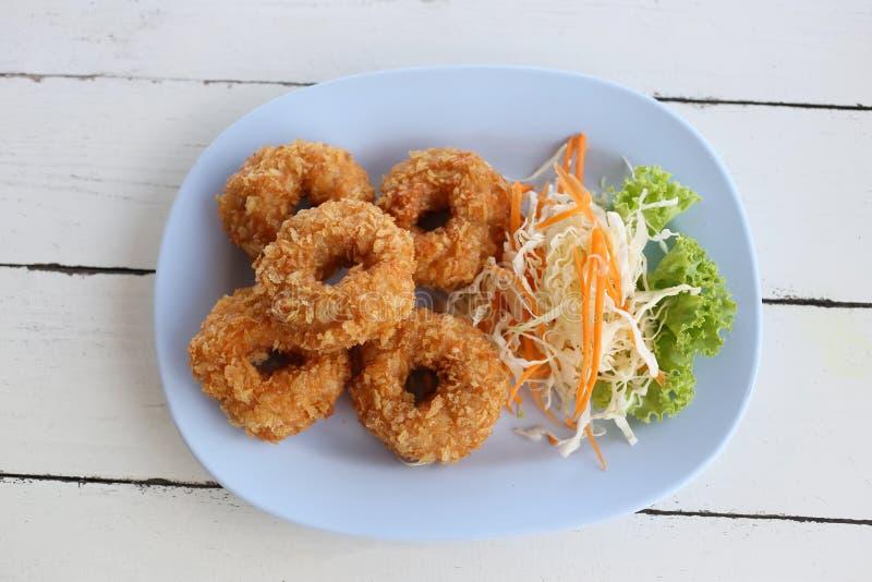 油煎的大虾蛋糕& x28; tod mun kung& x29;在蓝色盘 库存图片