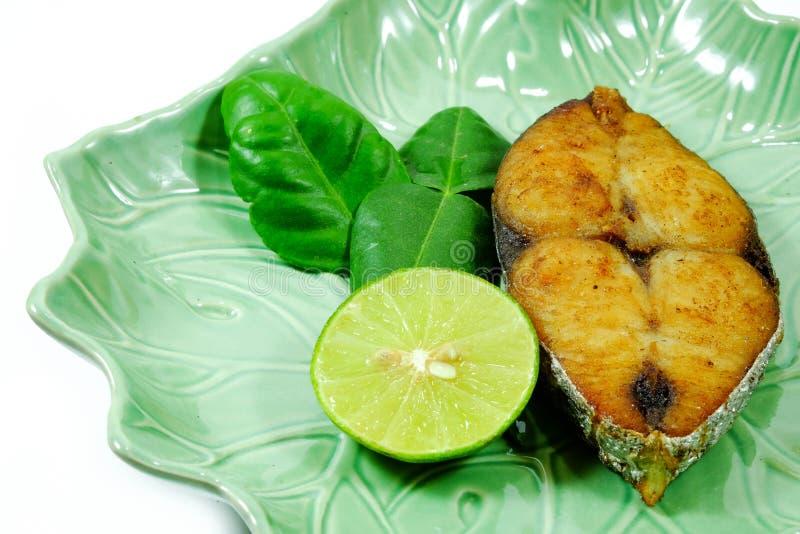 油煎的大鲭鱼泰国样式 库存图片