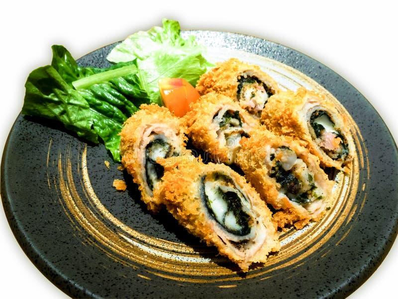 油煎的天麸罗makis充满鱼、乳酪和海草 免版税库存照片