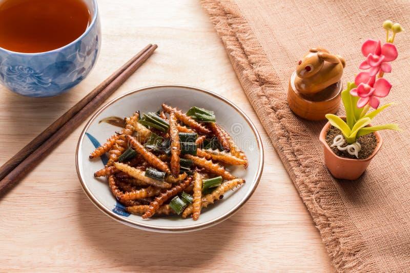 油煎的昆虫-木蠕虫昆虫酥脆与pandan在油煎以后 库存图片