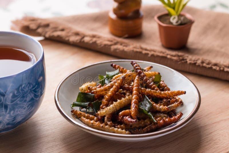 油煎的昆虫-竹蠕虫昆虫酥脆与pandan在frie以后 库存图片