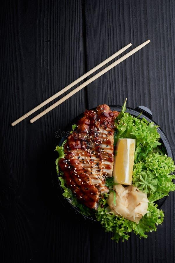 油煎的汉语在沙拉chiken用柠檬和姜 图库摄影
