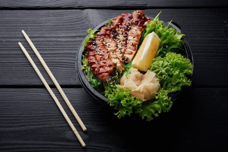油煎的汉语在沙拉chiken用柠檬和姜 库存照片