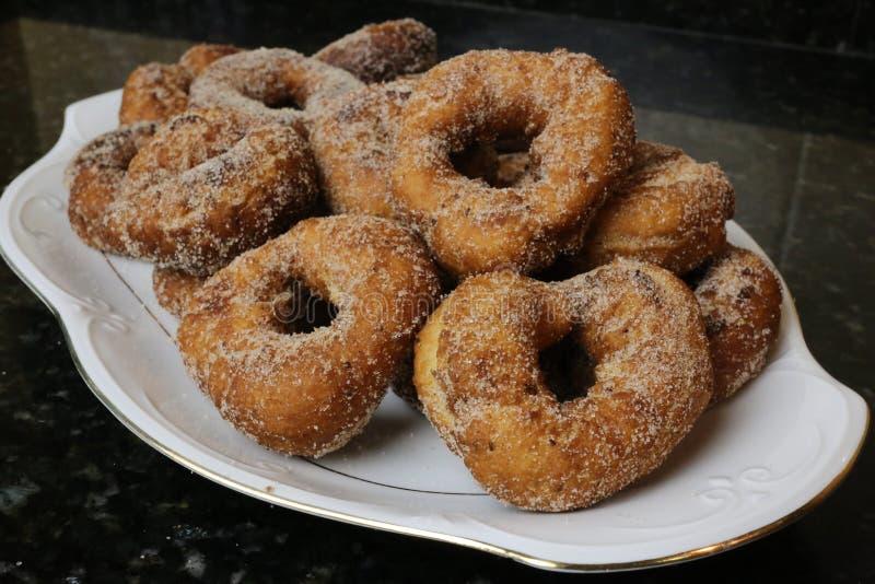 油煎的油炸圈饼用糖在复活节和Lent的典型的甜点 库存图片