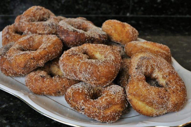 油煎的油炸圈饼用糖在复活节和Lent的典型的甜点 免版税库存图片