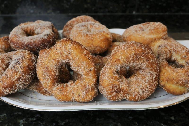 油煎的油炸圈饼用糖在复活节和Lent的典型的甜点 免版税库存照片