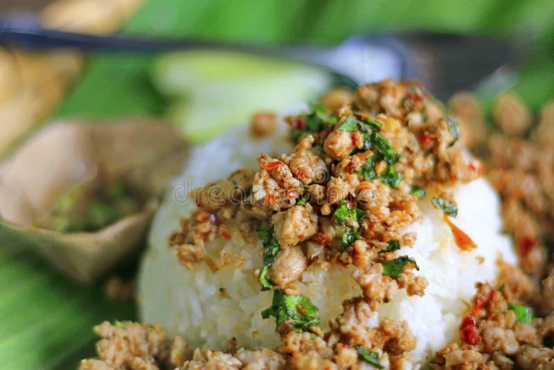 油煎的混乱蓬蒿用在香蕉叶子的剁碎的猪肉有自然的 库存图片