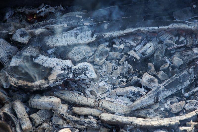 油煎的烟炭烬在街道上 免版税库存图片