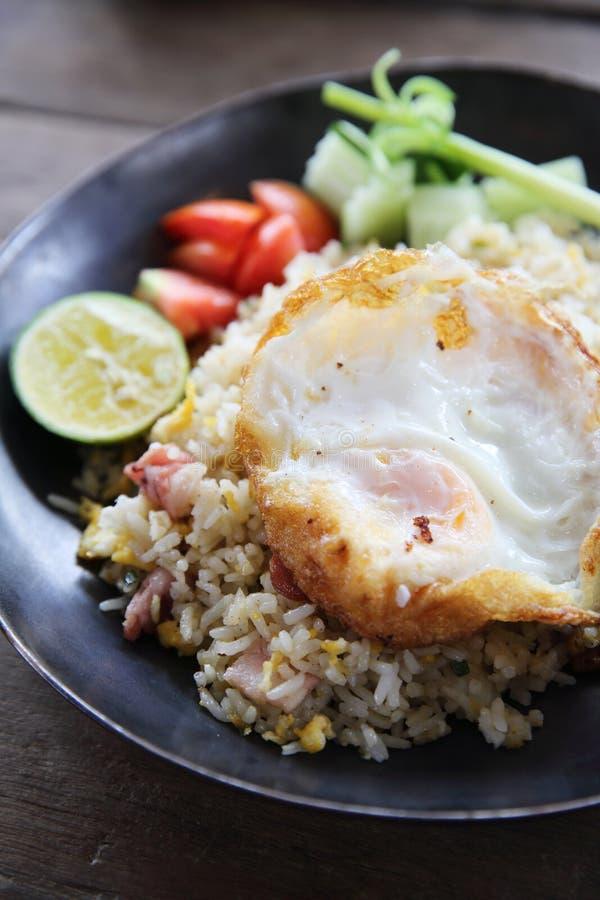 油煎的猪肉烟肉米用荷包蛋泰国食物 免版税图库摄影