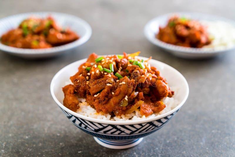 油煎的猪肉用辣韩国调味汁(bulgogi)在顶面米 库存照片
