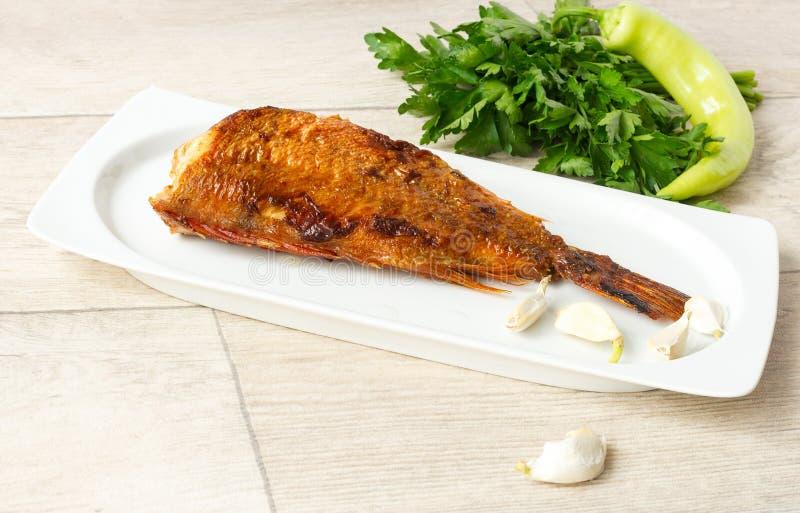 油煎的石斑鱼鱼在板材服务 免版税库存照片