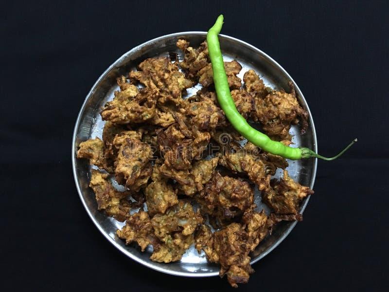 油煎的神田BhajiOnion Pakora和绿色辣椒卡尔扬Maharahtra 库存照片