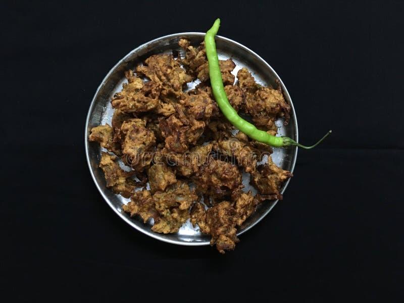 油煎的神田BhajiOnion Pakora和绿色辣椒卡尔扬Maharahtra 免版税库存图片