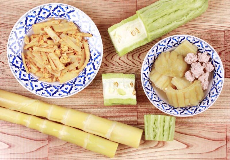 油煎的笋用鸡蛋,与肉bal的中国苦涩金瓜 库存图片