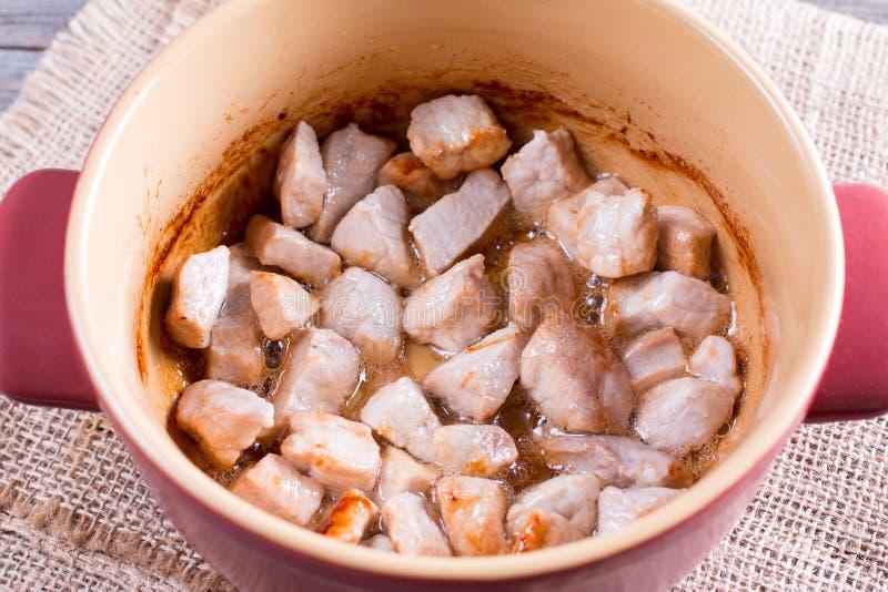 油煎的肉片在平底锅的 免版税库存图片