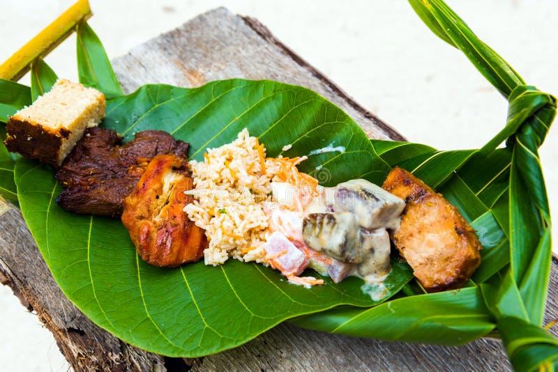 油煎的肉用在香蕉叶子的米,博拉博拉岛,法属玻里尼西亚 r 库存照片