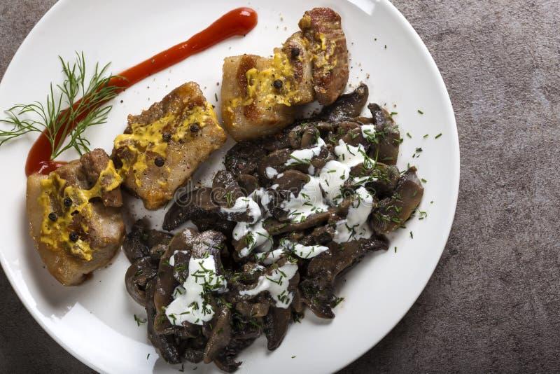 油煎的肥胖猪肉片断用蘑菇和酸性稀奶油sauc 免版税库存图片