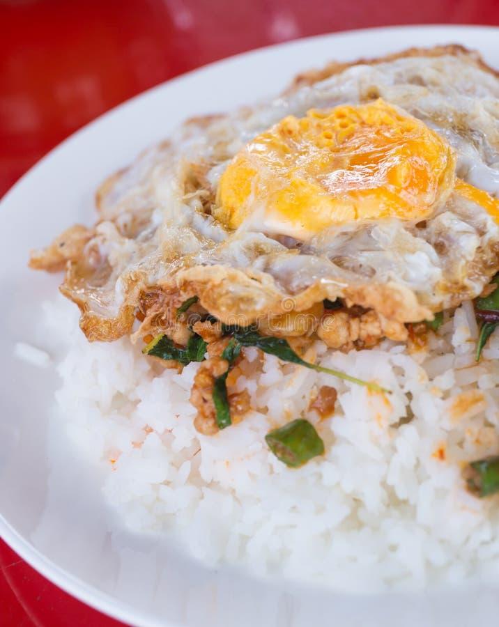 油煎的蓬蒿鸡用煎蛋和米 免版税库存图片