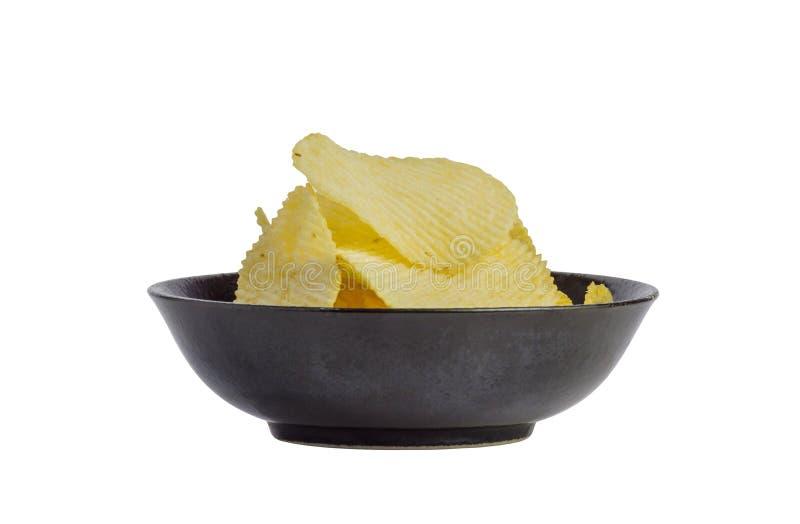 油煎的薯片快餐的关闭在白色背景隔绝的黑碗,垃圾食品 免版税库存照片