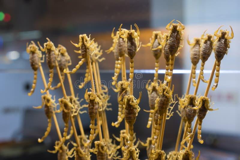 油煎的蝎子在食物摊位的待售在中国 免版税库存照片