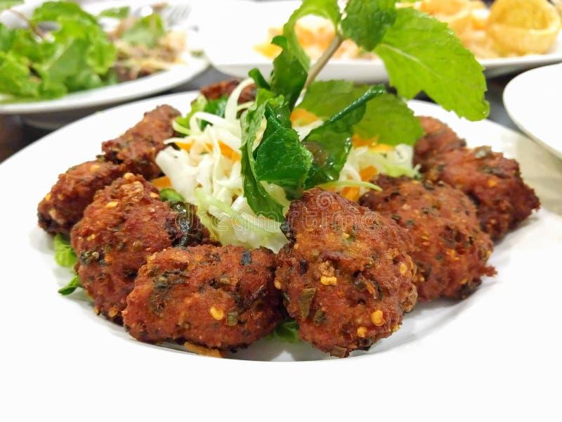 油煎的辣剁碎的猪肉球,泰国食物 免版税图库摄影