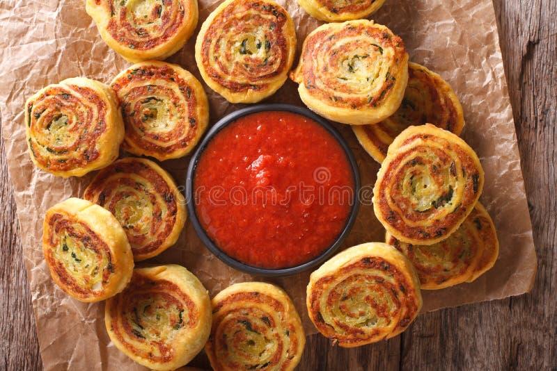 Download 油煎的辣土豆卷和西红柿酱特写镜头 水平 库存图片. 图片 包括有 绿色, 聚会所, 金黄, 新鲜, 正餐 - 72355943