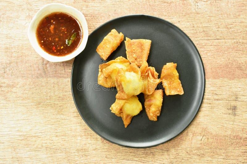 油煎的酥脆中国饺子酱包裹了蘸甜和辣调味汁的蛋鹌鹑 图库摄影